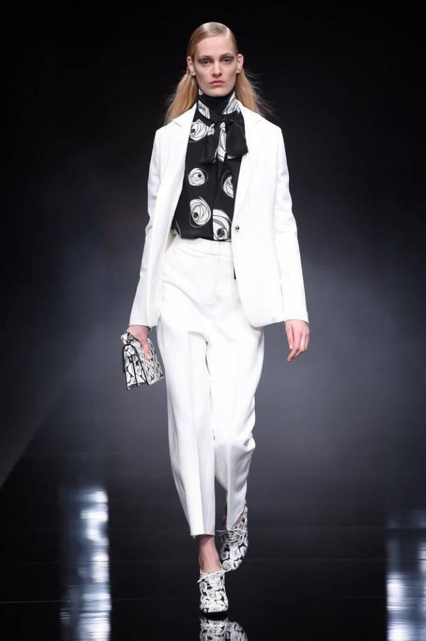 tailleur-bianco-con-camicia-nera-fantasia anteprima